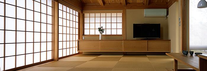 パッシブデザインで家電に頼らなくてもここちよい空間。天然の木に囲まれた生活